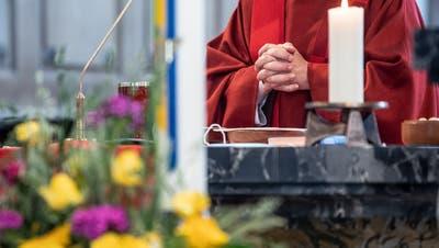 Halleluja, die Gläubigen können wieder den Gottesdienst besuchen. Fotografiert am Pfingstgottesdienst in der Pfarrkirche Ruswil, am 31. Mai 2020.LZ Boris BürgisserPfarrer, Kirche, Glauben, Gebet (Lz / Boris Bürgisser / LZ / Boris Bürgisser)