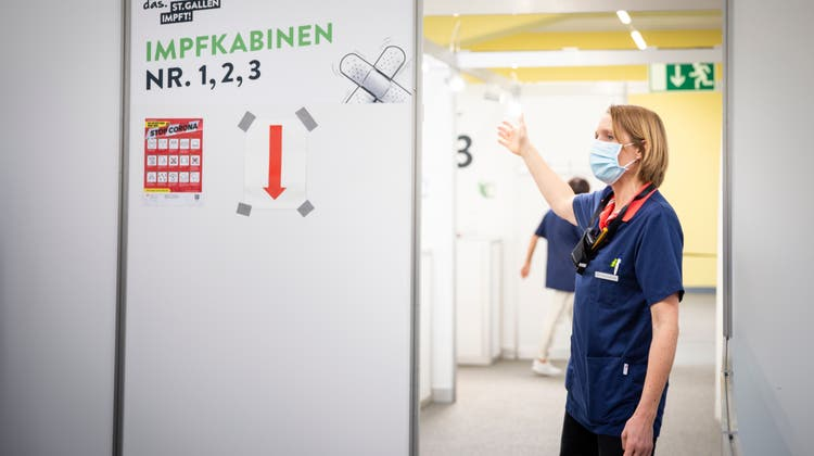 Rundgang durch das Wiler Impfzentrum. Vor dem offiziellen Start wird am Nachmittag des Gründonnerstags bereits geimpft. (Bild: Tobias Garcia)
