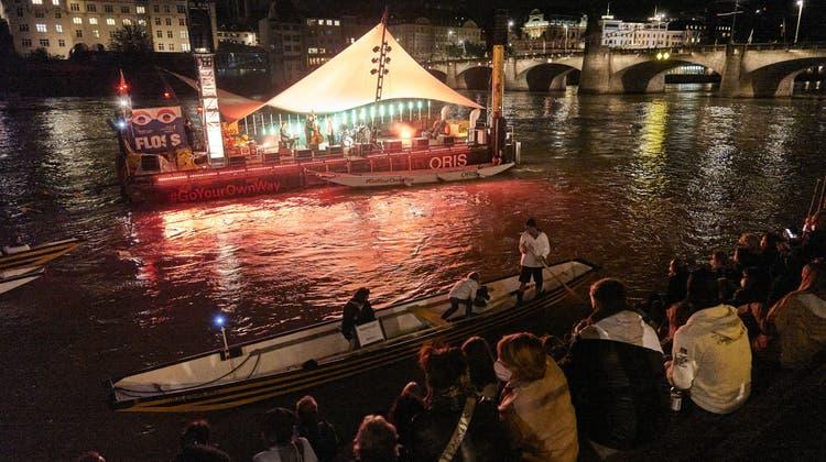Auch mit Maske konnte am letztjährigen «Im Fluss» gut gefeiert werden: Gäste geniessen das Konzert von Michael von der Heide. (Roland Schmid)