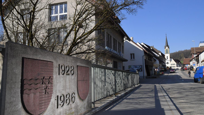 Bilden siedlungsmässig eine Einheit: Erlinsbach SO (links) und Erlinsbach AG (rechts). Eine nicht nur imaginäre Linie ist der Erzbach: er verkörpert die Kantonsgrenze. (Bruno Kissling)