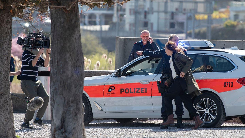 Seepolizei, Rettungswagen und Polizeifahrzeuge: Die idyllische Insel Schönenwerd wird zumTatort
