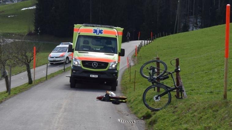 Der Velofahrer hat sich beim Sturz den Oberarm gebrochen. (Bild: Kapo AR)