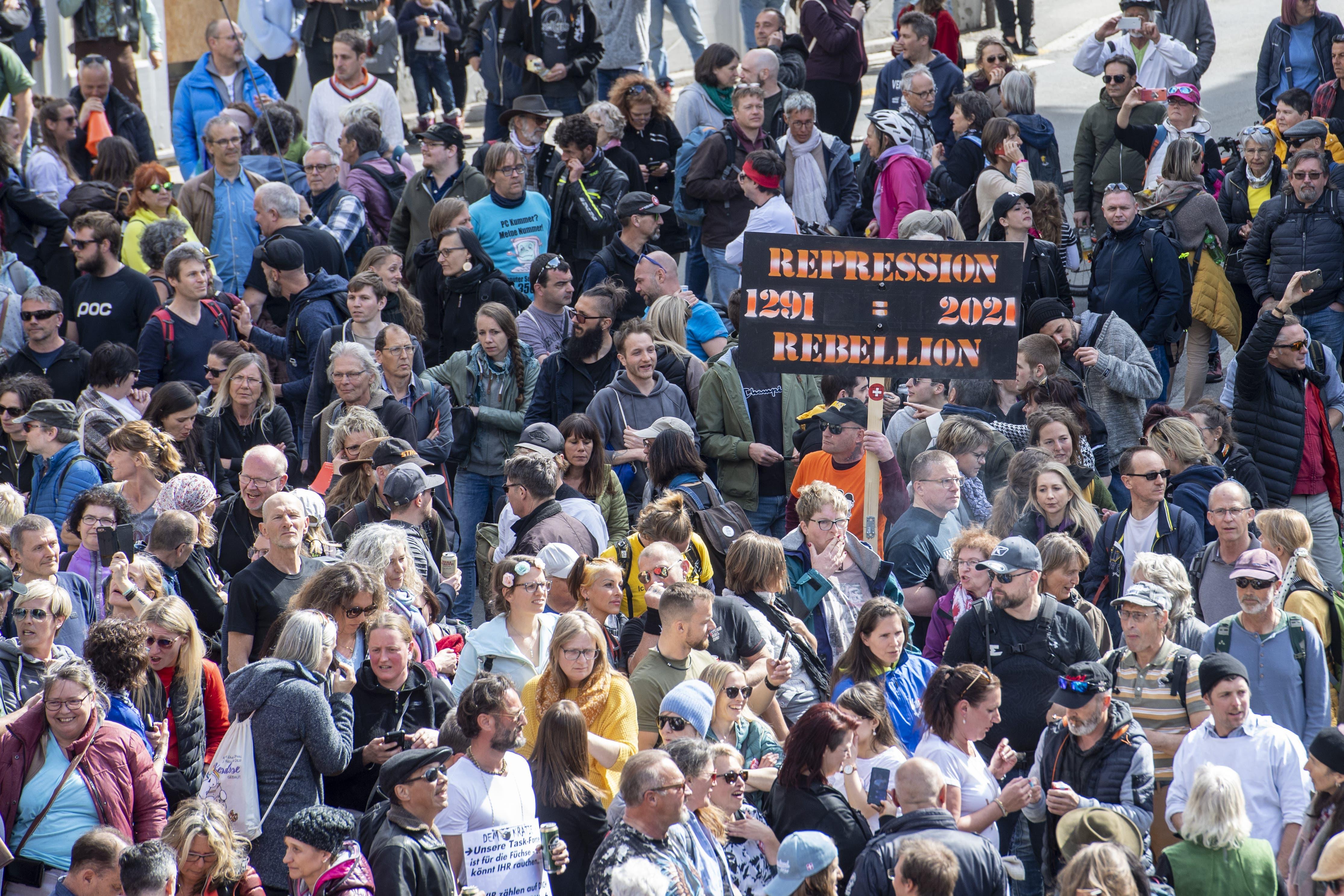 Die Demonstranten tragen keine Masken.