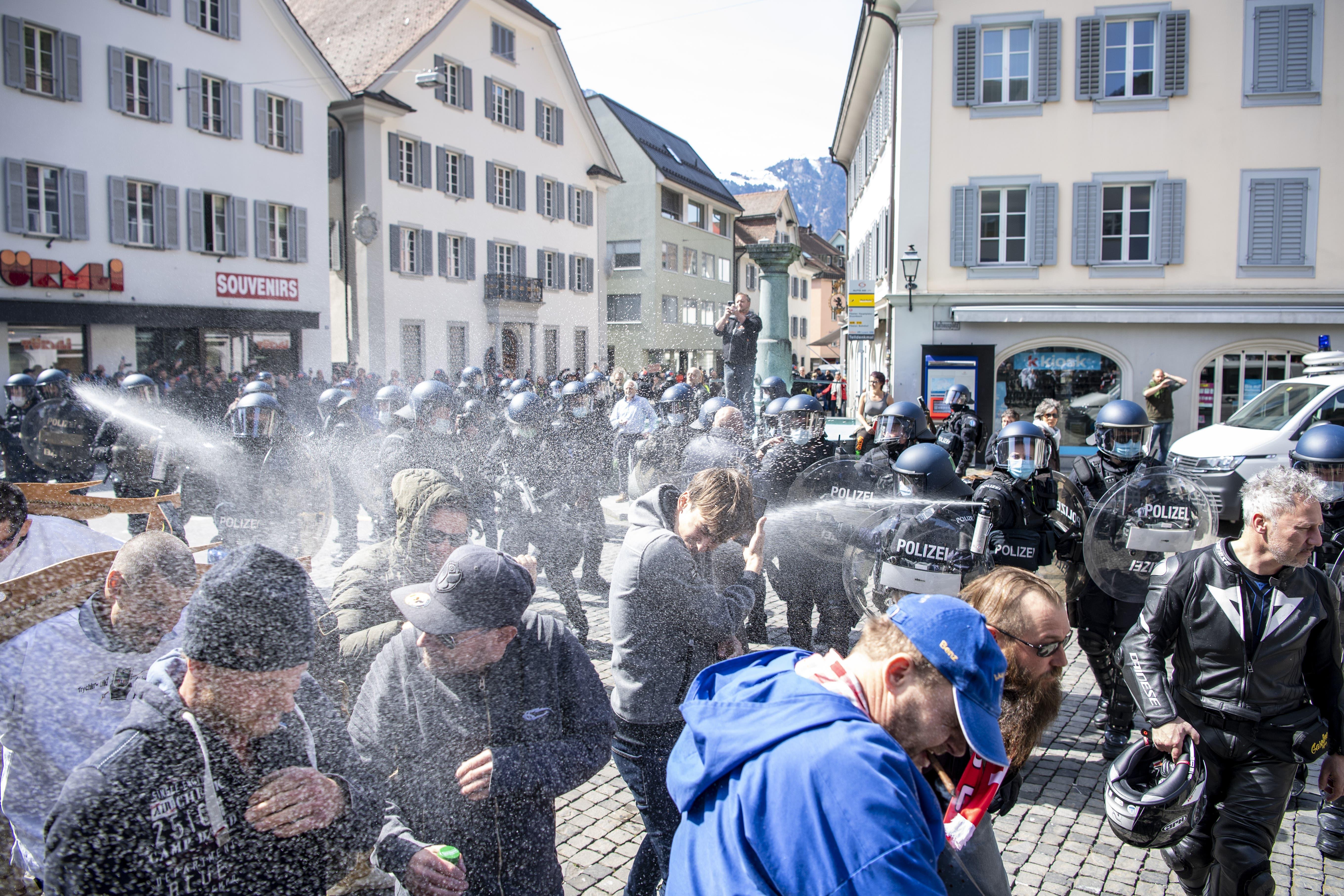 Die Polizei vertreibt die Demonstranten.