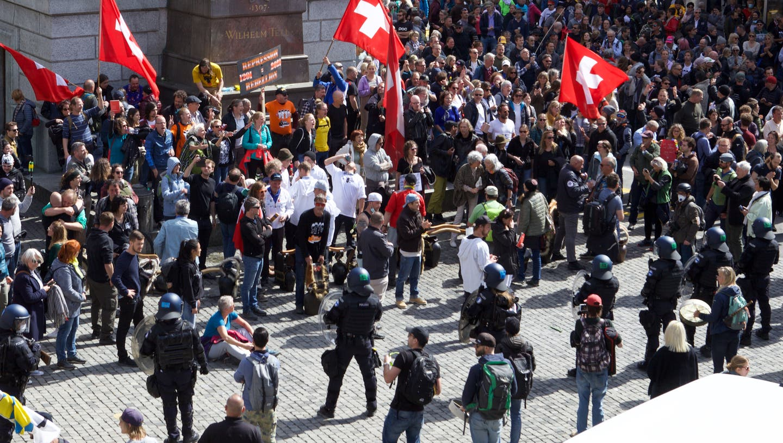 Ein Bild, wie es Altdorf wohl noch nie sah: Hunderte Demonstranten sind um das Telldenkmal versammelt. (Bild: Florian Arnold (10. April 2021))