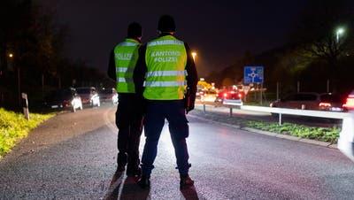 Zwei Autofahrer mussten ihren Führerausweis gestern abgeben. (Symbolbild) (Bild: Severin Bigler)