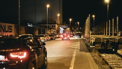 Die Szene versammelte sich am Freitag beim Dreiländereck in Basel. (Roland Schmid)