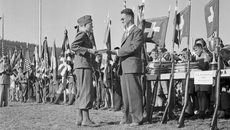 Übergabe Wanderpreis bei den eidgenössischen Kadettentagen in Aarau am 11. September 1949. (Bildarchiv: Ringier)