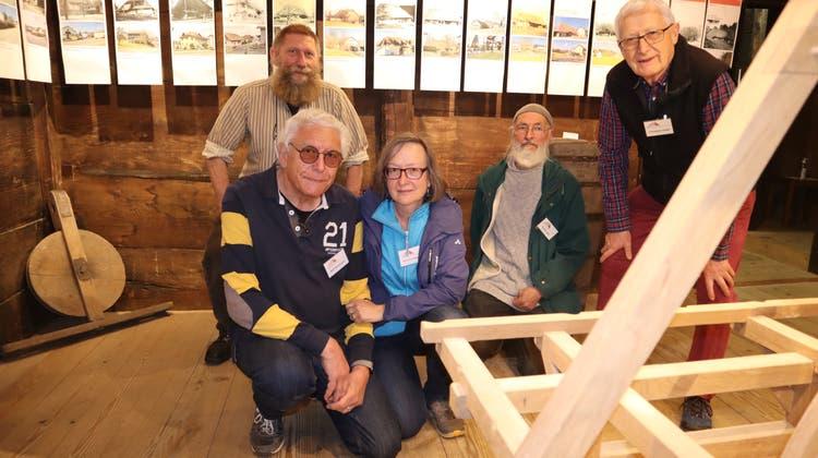 Die Museumskommission Kölliken (v.l.): Andrea-Carlo Polesello, Bertram und Susanne Rutishauser (kniend), Ruedi Lüthi und Christoph Haller. (Peter Weingartner)