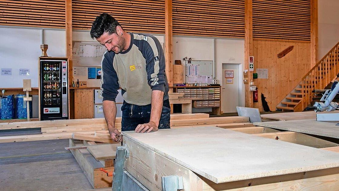 Martin Deck verarbeitet Holzelemente bei Schmidlin Holzbau in Steinen. (Bild: Erhard Gick)