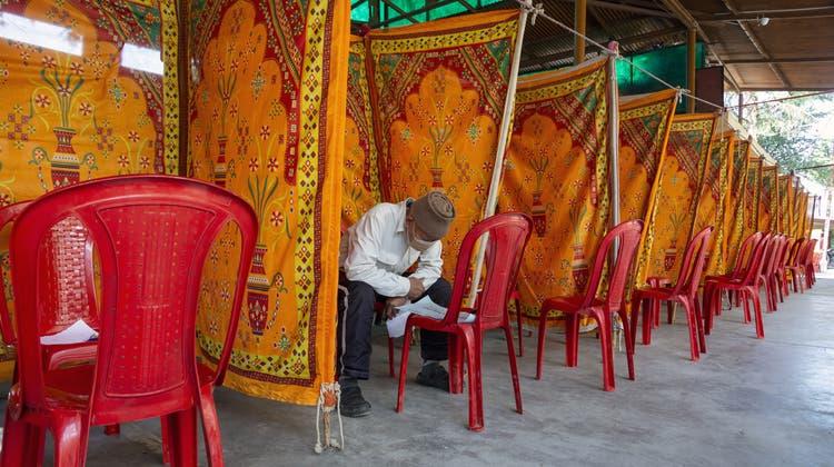 Ein Exiltibeter bereitet seine Stimmabgabe vor. (Bild: Ashwini Bhatia / AP (Dharamsala, 11. April 2021))