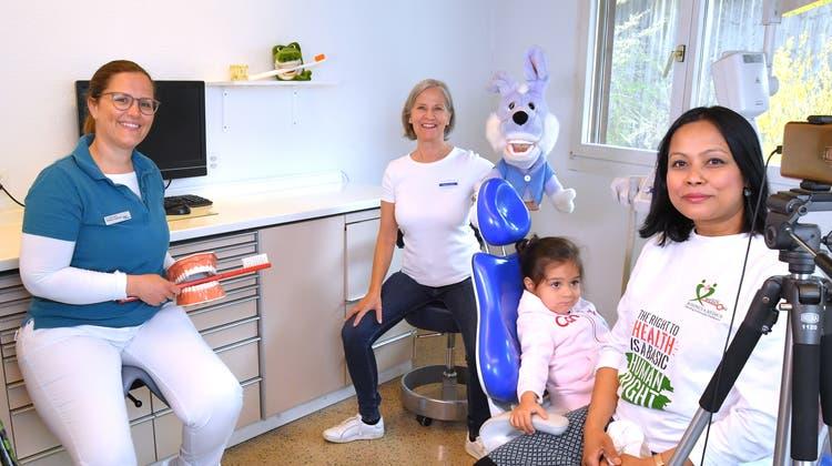 Beim Videodreh: (v.l.) Zahnärztin Stefania Guercioni, Dentalhygienikerin Katharina Hafner und Anita Schugpmit ihrer kleinen Tochter. (Bruno Kissling)