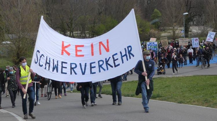 Friedlich marschieren die rund 300 Teilnehmerinnen und Teilnehmer den Verlauf der geplanten Schnellstrasse ab. (Bild: Ina Wiedenmann)