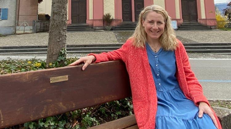 Katja Tüscher vor der Synagoge in Lengnau, eines der Themen auf der Reise durch das Surbtaler Dorf. (Daniel Weissenbrunner)