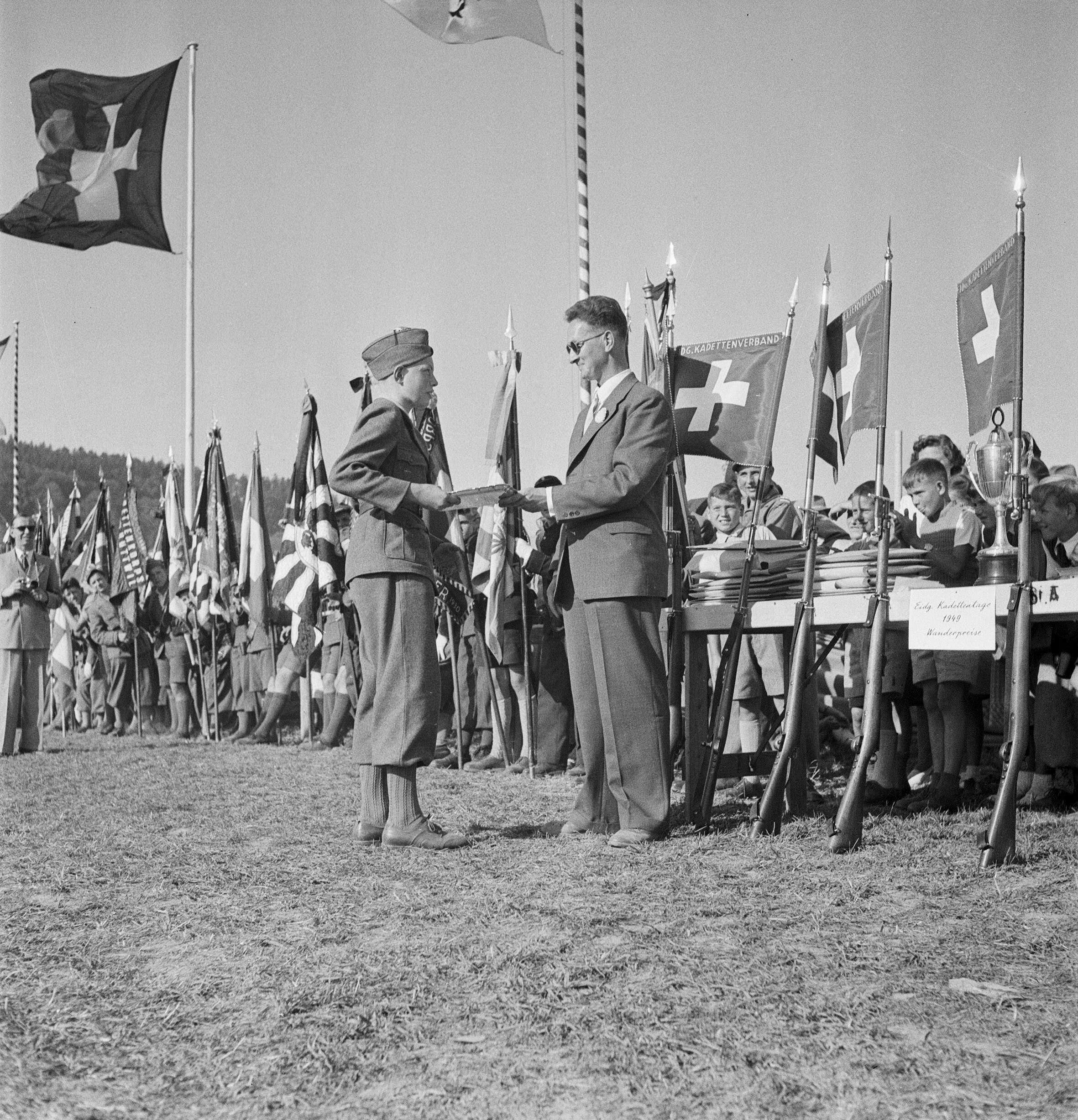 Übergabe Wanderpreis bei den eidgenössischen Kadettentagen in Aarau, 11.9.1949