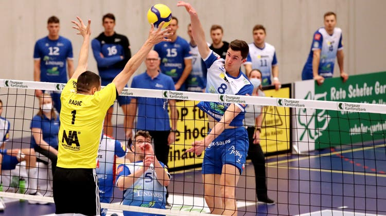 Die Mannschaft von Volley Amriswil wird für die restlichen Playoff-Finalspiele vom bisherigen Assistenten Matevz Kamnikgecoacht. (Mario Gaccioli)