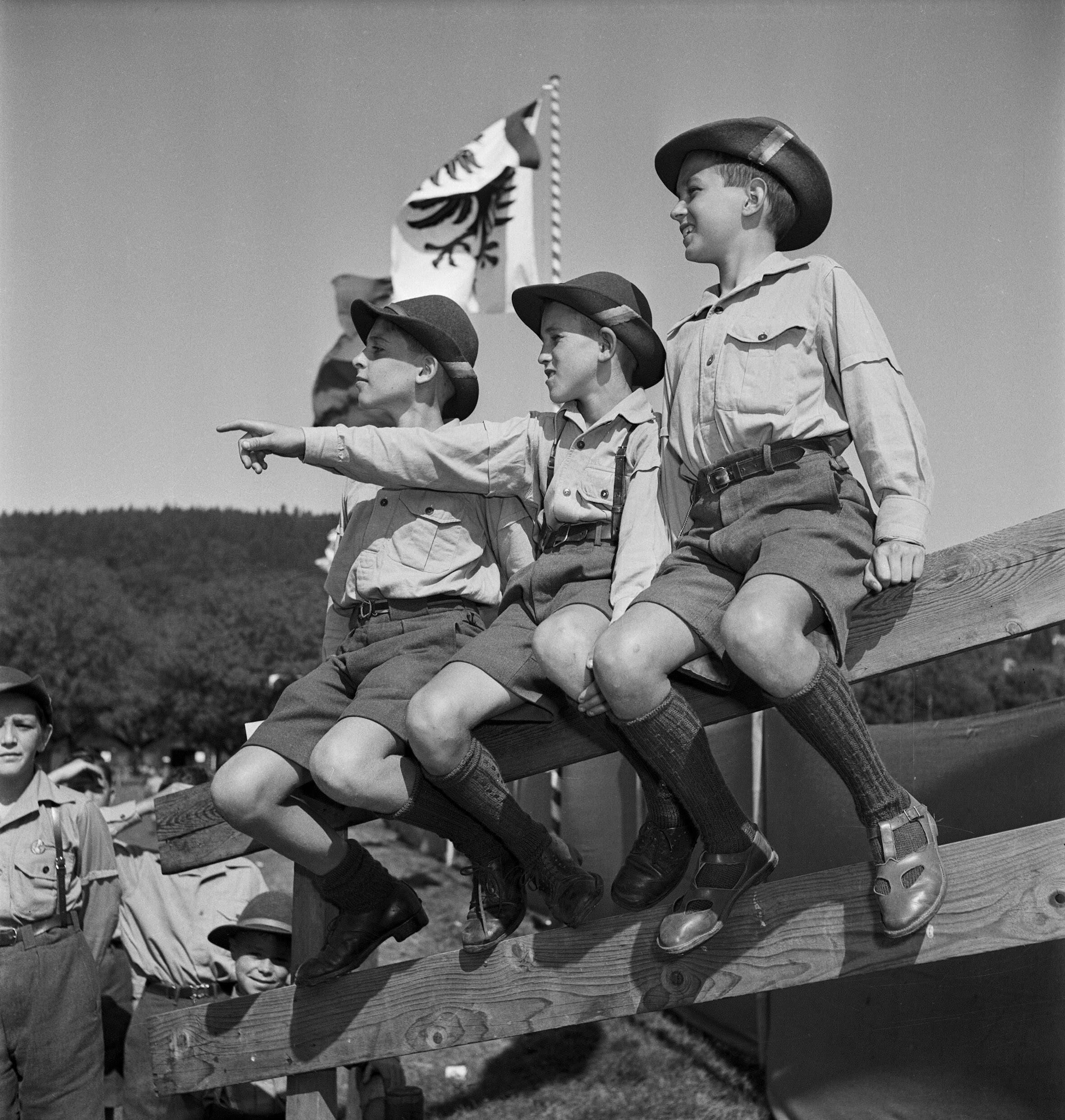 Drei Buben auf einem Geländer bei den eidgenössischen Kadettentagen in Aarau, 11.9.1949