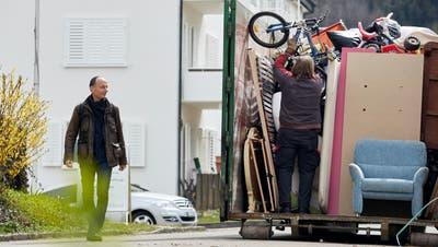 Schon am Morgen begann die Aufräumaktion im «Frohdörfli». Gemeindepräsident Marco Genoni schaute sich das Geschehen vor Ort kurz an. (Timo Orubolo/Profond/zvg)