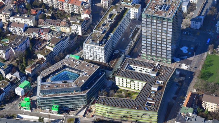 Bei strategischen Entscheiden der Uni wie etwa über Neubauten (im Bild oben das alte und das neue Biozentrum) hat der Unirat ein gewichtiges Wort mitzureden. (Erich Meyer (17. März 2021))