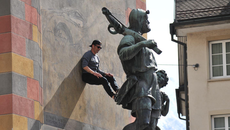 Demonstranten kletterten einige Male auf das Telldenkmal. (Bild: Urs Hanhart (Altdorf, 10. April 2021))