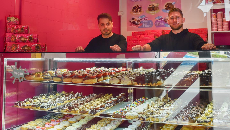 Für sie geht ein Traum in Erfüllung: Ladenbesitzer Philipp Hangartner und Roman Blaser. (Fabio Müller)