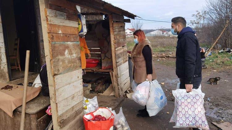 Elena Cristina und Marius Arsenegeben in einem Dorf Lebensmittel ab. (Bild: zvg)