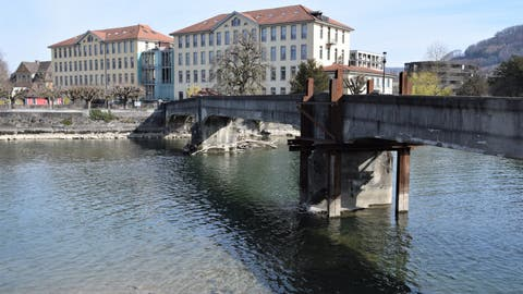 Der heutige Übergang für Fussgänger und Velofahrer: Die unterspülten Brückenpfeiler mussten stabilisiert werden. (Bild: Michael Hunziker (28. März 2021))