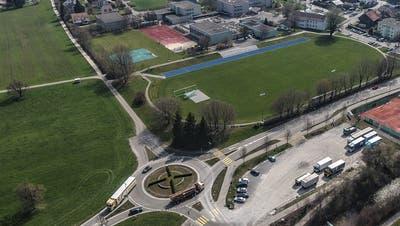 Die östliche Ausfahrt aus dem Q20-Kreisel ist längst gebaut, mündet jedoch in einen Feldweg mit Fahrverbot. Die neue Umfahrung soll dereinst bis zur Frauenfelderstrasse (am oberen Bildrand) führen. Nördlich des Basketballplatzes auf der Schulanlage Grünau soll zudem die neue Dreifachturnhalle entstehen. ((Bild: Olaf Kühne))