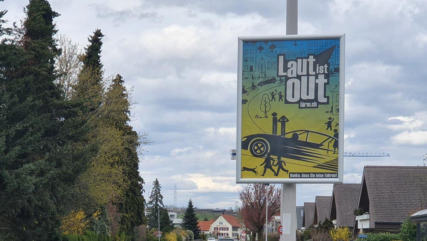 Auf den neuen Plakaten – hier eines in Würenlingen – des Cercle Bruit Schweiz steht die Message «Laut ist out». (Bild: Fabian Hägler)