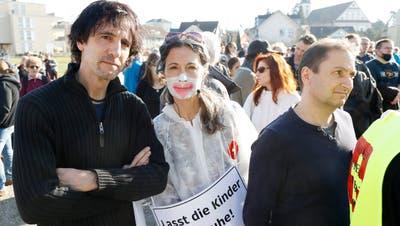 Der entlassene Kantilehrer Markus Häni (links, hier mit Mana und Daniel Stricker an der Coronademo in Wohlen am 20. Februar) wollte am 8. Mai in Aarau oder Wettingen demonstrieren. (Andre Albrecht)