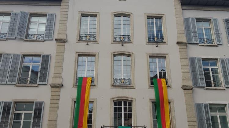 Das Rathaus mit Helvetik-Flaggen. (Nadja Rohner)
