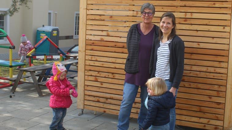 Kita-Leiterin Monika Zoss (links) und Vereinspräsidentin Tanja Klaus in einem Teil des neu gestalteten Gartens. (André Weyermann)