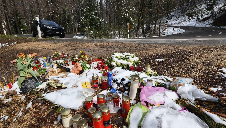 An der Unfallstelle wurden Kerzen, Blumen und andere Andenken niedergelegt. (Juri Junkov)