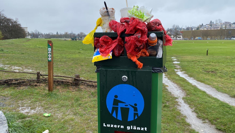 Auch ausserhalb der Hotspots überquellen die Kübel öfter – so wie hier auf der Allmend. (Bild: hor (Luzern, 12. April 2021))