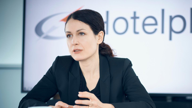 Die 39-jährige Laura Meyer ist seit Anfang Jahr neue Hotelplan-Chefin. Sie folgte auf den langjährigen Konzernchef Thomas Stirnimann. Zuvor arbeitete die Schweizerin bei der Grossbank UBS im Digitalbereich und bei der Beraterfirma McKinsey. (Zvg / Aargauer Zeitung)