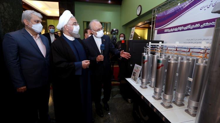 Der iranische Präsident Hassan Ruhani (mitte) und der Chef des iranischen Nuklearprogramms Ali Akbar Salehi (rechts) besuchen eine Ausstellung im Rahmen des Tages der iranischen Nukleartechnologie im April diesen Jahres. (Iran President Office Handout / EPA)