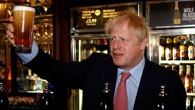 Premier Boris Johnson (hier auf einer Aufnahme vom Juli 2019) gedulded sich aus Pietätsgründen noch ein bisschen, bis er sich den ersten Schluck gönnt. (EPA)