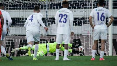 Super Parade: Torhüter Marius Müllerhält den Elfmeter in der Nachspielzeit der Verlängerung. (Bild: Martin Meienberger/Freshfocus (Lugano, 13. April 2021))