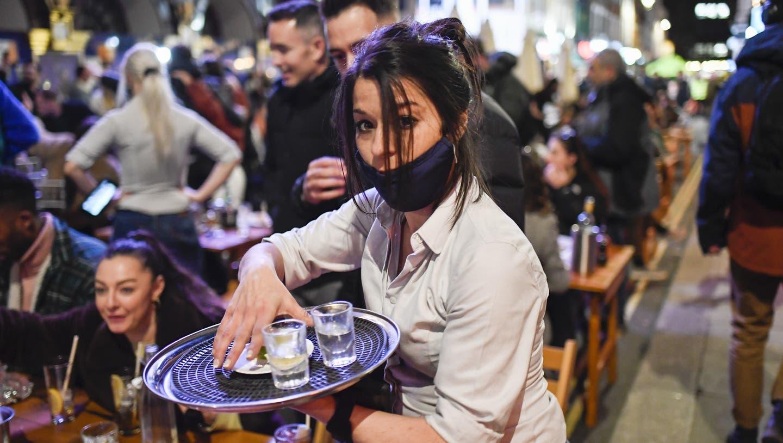 Während in England die Pubs wieder öffnen, müssen wir uns in der Schweiz weiter auf Lockerungen gedulden. (Alberto Pezzali / AP)