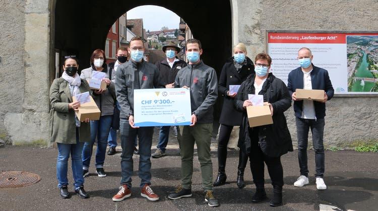 Vor dem Wasentor in Laufenburg übergaben die Tambouren den Gesundheitsdienstleistern den Scheck. (Bild: Dennis Kalt / Aargauer Zeitung)