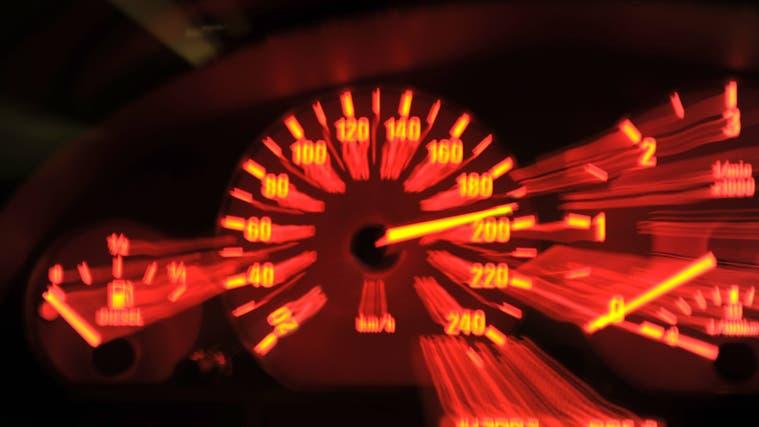 Bildnummer: 53869562  Datum: 18.03.2010  Copyright: imago/MiS18.03.2010, Lichterspiel durch Langzeitbelichtung. 18.03.2010, Die Tachoanzeige bei Nacht in einem BMW Verkehr Strasse Raser Geschwindigkeit Tempo 190 kmh (Imago Stock&people / Imago Images)
