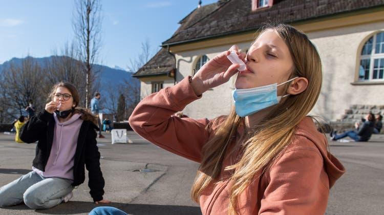 Schüler während eines Corona-Spucktests.(Symbolbild) (Eveline Beerkircher)