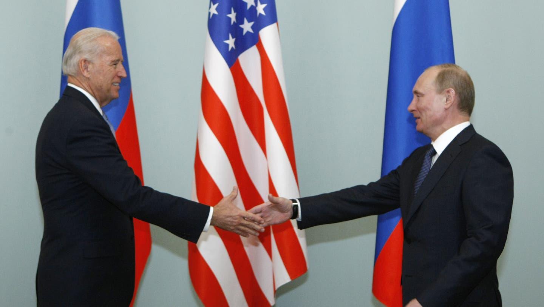 Der damalige Vizepräsidentund heutige Präsident der USA Joe Biden trifft den russischen Präsidenten Wladimir Putin (r.). (Archivbild 2011) (Zemlianichenko/AP)