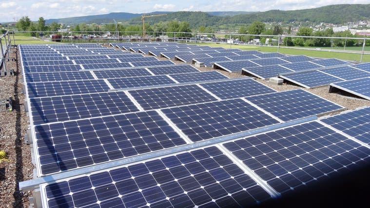 Solaranlagen wie diese auf dem Dach des Dietiker Schwimmbads Fondli gibt es im Limmattal zuhauf – aber es hätte noch Platz für einige mehr. (Archivbild: Anton Scheiwiller (3. September 2014))