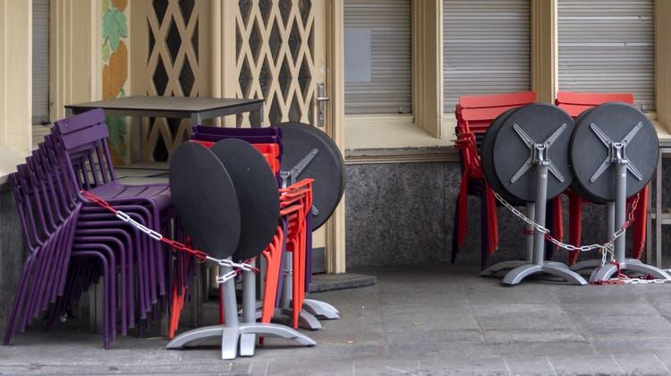 Die Gastronomie und die Hotellerie in den beiden Basel sprechen von einem schlechten Geschäftsgang. (Georgios Kefalas / KEYSTONE)