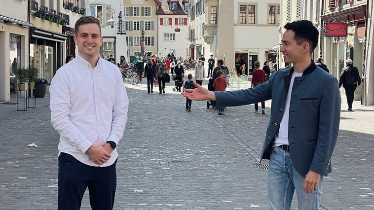 Yannick Berner (r.) übergibt das Fraktionspräsidium der FDP im Aarauer Einwohnerrat an Stefan Zubler. (Zvg / Aargauer Zeitung)