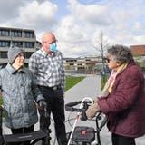 Bewohnerinnen vom Brüggli mit Institutionsleiter Pascal Storck: Bernadette Huber (links) und Heidy Kunz. (Bruno Kissling)
