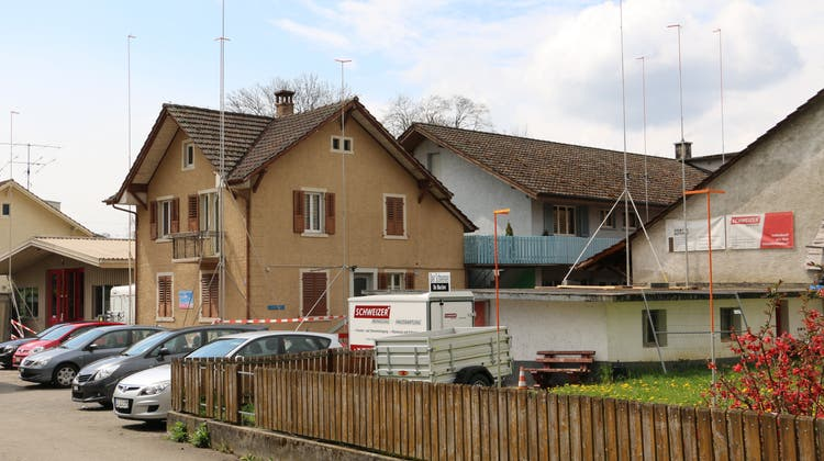 An der Zwidellen 22 bei der Schweizer Reinigungs AG ragen die Bauprofile in die Höhe. (Bild: Dennis Kalt / Aargauer Zeitung)