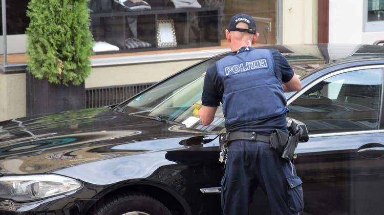 Die Regionalpolizei Brugg hat am 9. Januar 2020 über den Mittag auf der Hauptstrasse in Brugg viele Parkbussen verteilt. (Claudia Meier)