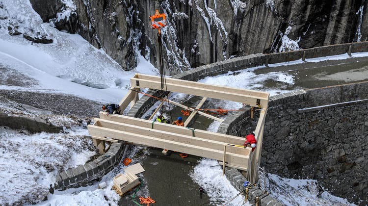 Auf der historische Teufelsbücke wird das Podest errichtet, auf dem am Montag der Böögg angezündet wird. (Bild: Anian Heierli (Schöllenen, 13. April 2021))